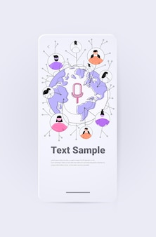 Persone sulla mappa del mondo che comunicano in messaggistica istantanea tramite l'applicazione di chat audio con messaggi vocali