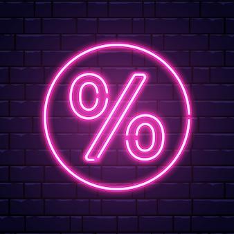 Insegna al neon percentuale. insegna al neon di vendita di colore sul muro di mattoni. offerte speciali, sconto simbolo notte. insegna luminosa realistica. cornice al neon illuminata. illustrazione