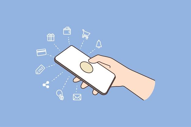 La persona che tiene il cellulare usa diverse applicazioni sul gadget