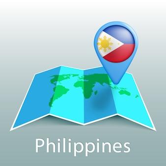 Mappa del mondo di bandiera filippine nel pin con il nome del paese su sfondo grigio