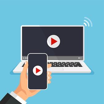 Il telefono si connette allo streaming tv guarda il lettore video sul display del monitor