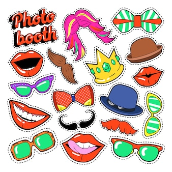 Photo booth party set con occhiali, baffi, cappelli e labbra per adesivi e oggetti di scena. scarabocchio