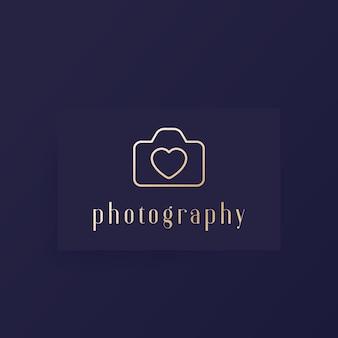 Logo fotografico con fotocamera e cuore, design minimal Vettore Premium