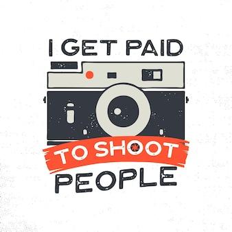 Illustrazione di tipografia fotografica per t-shirt, stampe, poster con macchina fotografica vecchio stile e citazione: vengo pagato per fotografare le persone. emblema d'epoca. archivio vettoriale isolato.