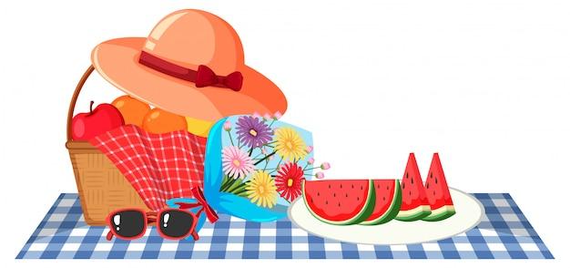Tema da picnic con cesto di frutta e fiori