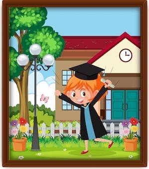 Una foto di una bambina della scuola materna in costume da laurea