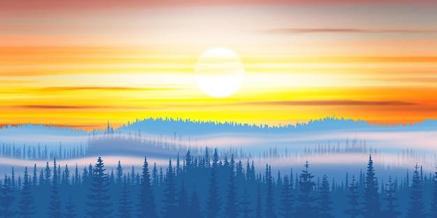 Pittoresca taiga di montagna vista la mattina nella nebbia