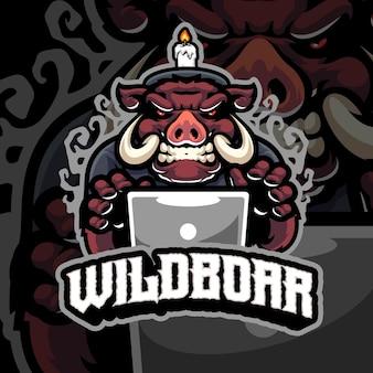 Modello logo mascotte maiale con laptop