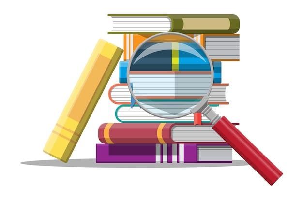 Pila di libri e lente d'ingrandimento