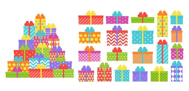Scatole regalo in pile. regali incartati con fiocchi e nastri.
