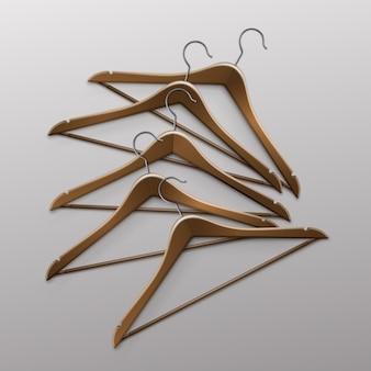 Mucchio di vestiti sdraiati appendiabiti in legno marrone