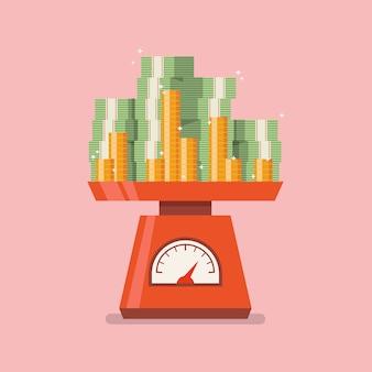 Pila di soldi su bilance domestiche.