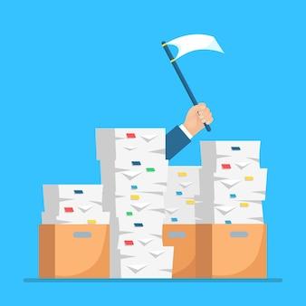 Pila di carta, pila di documenti con cartone, scatola di cartone. ha sottolineato il dipendente in un mucchio di scartoffie. impegnato uomo d'affari con segno di aiuto, bandiera bianca. concetto di burocrazia.