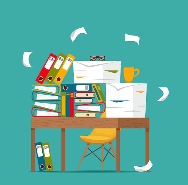 Documenti impilati sul concetto della tabella dell'ufficio