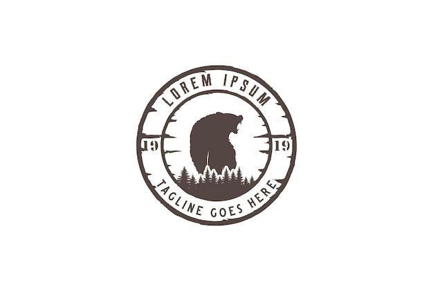 Pino cedro abete conifera abete larice sempreverde cipresso hemlock alberi foresta con ghiaccio ruggente orso grizzly polare per campeggio all'aperto avventura logo design vector