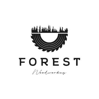 Vettore di design del logo della foresta di pini e della smerigliatrice per la lavorazione del legno o la carpenteria