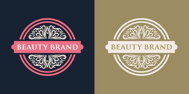 Distintivo di logo femminile e floreale disegnato a mano rosa adatto per società di bellezza e capelli della pelle del salone spa