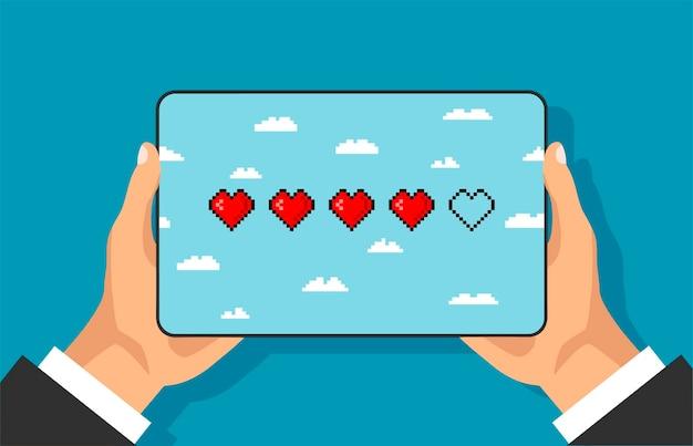 Barra della vita del gioco pixel sullo schermo del telefono la mano tiene lo smartphone barra del cuore della salute a 8 bit di arte vettoriale