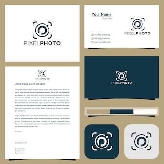 Logo della foto pixel nella p iniziale e concetto di fotocamera con biglietto da visita