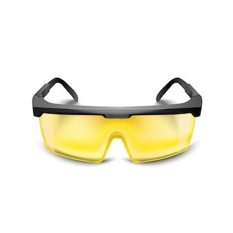 Occhiali di protezione gialli in plastica su sfondo bianco. occhiali da lavoro protezione degli occhi equipaggiamento per l'edilizia, la medicina e lo sport