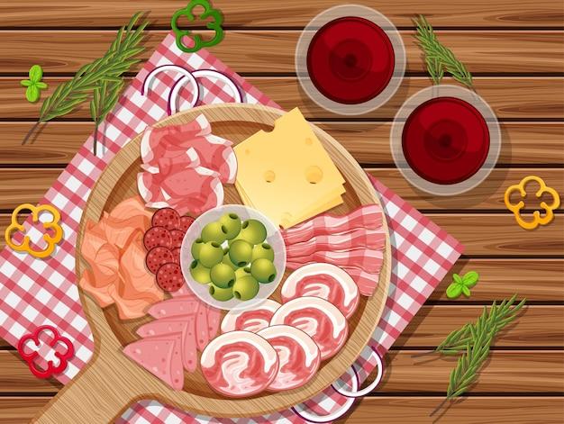 Piatto di salumi e carne affumicata sullo sfondo del tavolo