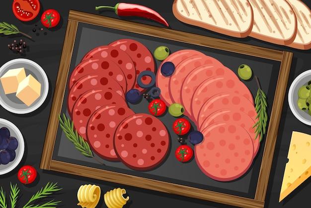 Piatto di peperoni e salame sullo sfondo del tavolo