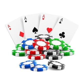 Carte da gioco vicino a una pila di fiches del casinò o assi di picche, cuori e fiori di quadri quasi realistici