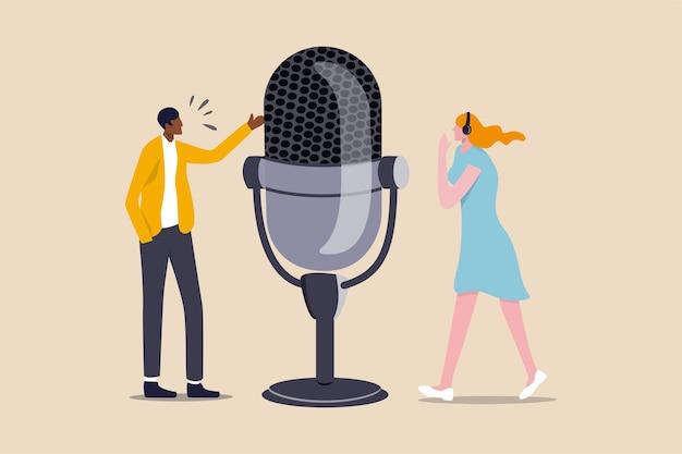 Podcast in serie episodiche di registrazioni audio digitali trasmesse o in streaming via internet per ascoltatori facili, podcaster professionisti uomo e donna parlano con un grande microfono per podcast e indossano cuffie