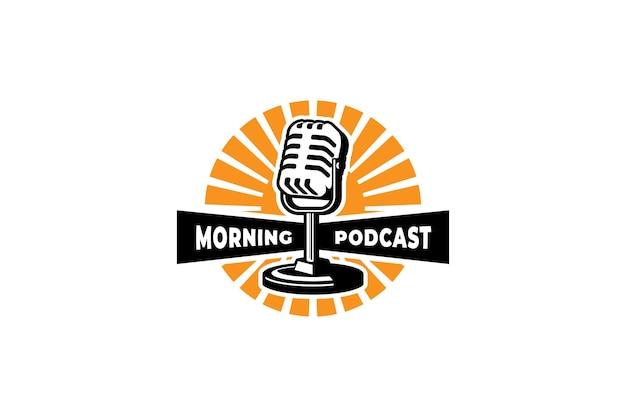 Modello di logo del podcast mic microfono e illustrazione dell'alba design per il logo del cantante di karaoke