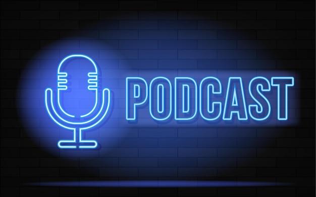 Insegna al neon di podcast. microfono sul fondo del muro di mattoni. illustrazione vettoriale in stile neon per stazioni radio e trasmissioni
