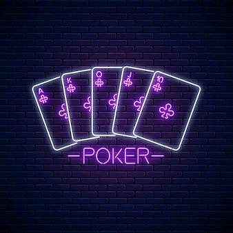 Disegno del segno di poker in stile neon. simbolo del casinò al neon incandescente, banner, cartello. design del logo notturno. giochi d'azzardo