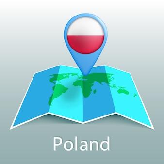 Mappa del mondo di bandiera della polonia nel pin con il nome del paese su sfondo grigio