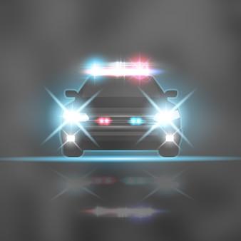 Auto della polizia con razzi di fari e sirena sulla strada notturna. fasci di luce speciali rossi e blu
