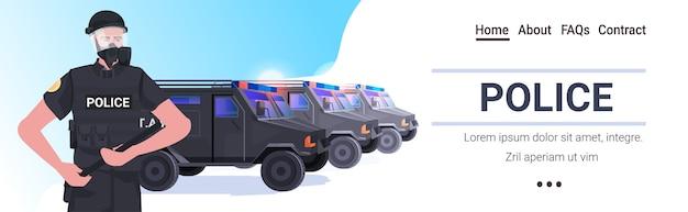 Poliziotto in completo equipaggiamento tattico agente di polizia antisommossa che tiene il bastone manifestanti