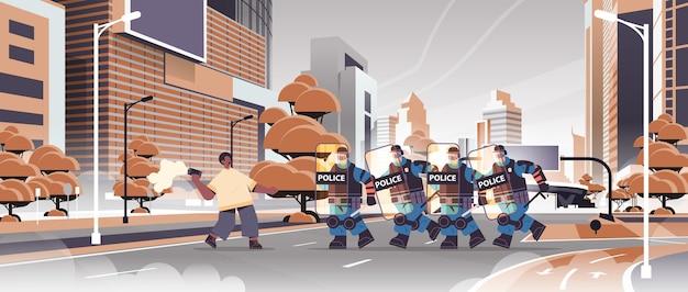 Poliziotti in completo equipaggiamento tattico agenti di polizia antisommossa che attaccano afroamericano manifestante con fumogeno durante scontri dimostrazione protesta concetto paesaggio urbano orizzontale vettore illustrat