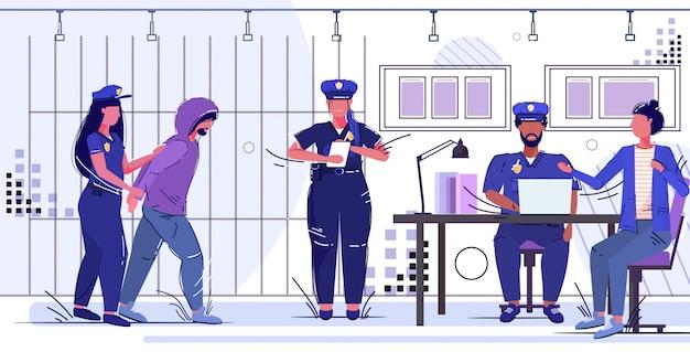 Poliziotta che tiene arrestato il gruppo di ufficiali prigionieri che lavora presso il dipartimento di polizia autorità di sicurezza concetto di servizio di giustizia legge servizio ufficio camera con barre di prigione
