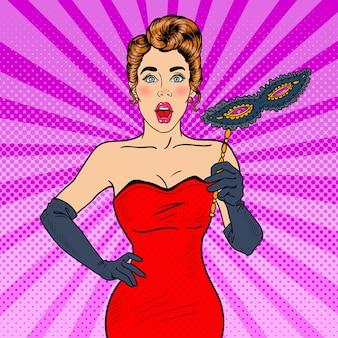 Pop art stupita bella donna in abito rosso con misteriosa maschera veneziana. illustrazione