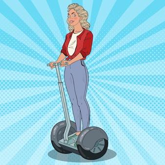 Pop art bella donna che guida segway