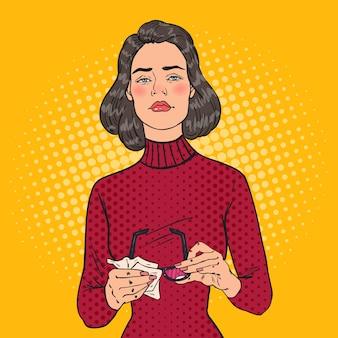 Pop art bella donna che pulisce gli occhiali con uno straccio