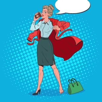 Pop art business woman in ritardo al lavoro