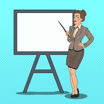 Pop art business woman con puntatore e lavagna bianca.