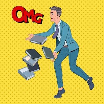 Pop art incurante uomo d'affari lasciando cadere i documenti della cartella