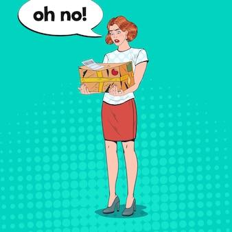 Pop art donna delusa che tiene pacco danneggiato. servizio di consegna non professionale.