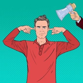 Pop art frustrato uomo orecchie chiuse con le dita dal megafono. concetto di ignoranza.