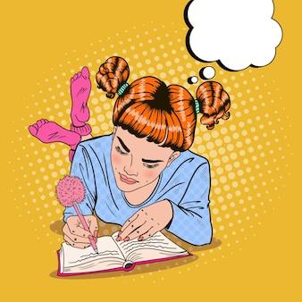Ragazza di pop art in calzini rosa scrivendo nel diario