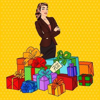 Pop art donna felice con enormi scatole regalo.