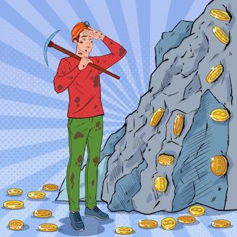 Minatore maschio di pop art in casco con monete bitcoin di estrazione mineraria di piccone