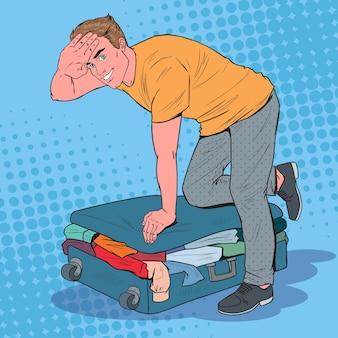 Pop art man cercando di chiudere la valigia traboccata