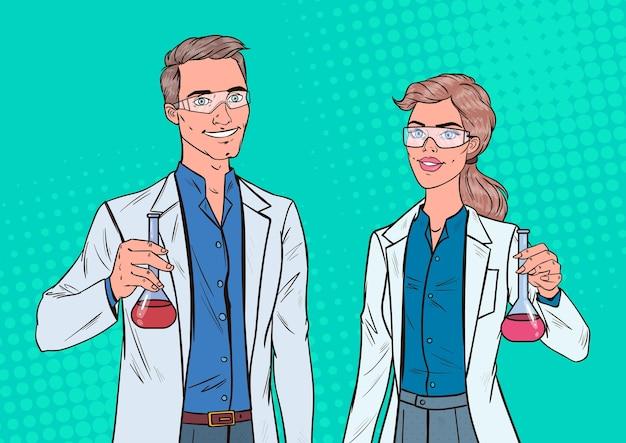 Scienziati di uomo e donna di pop art con boccetta. ricercatori di laboratorio. concetto di farmacologia chimica.