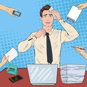 Pop art nervoso uomo d'affari. impiegato di ufficio multitasking sollecitato.